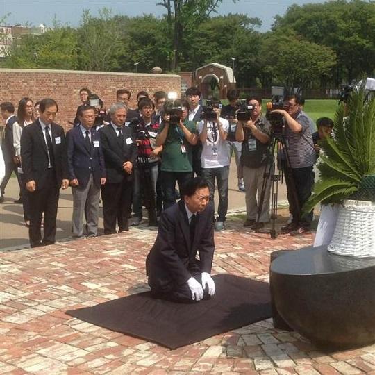 モニュメントに献花し、膝を屈する鳩山元首相=ソウルの西大門刑務所跡地(名村隆寛撮影)