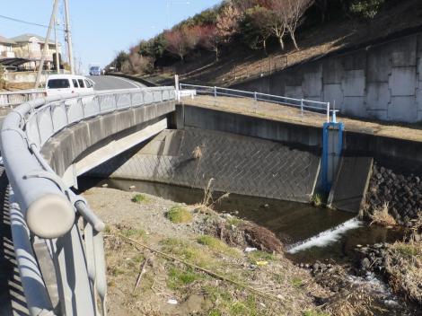 鈴川・東名高速北側