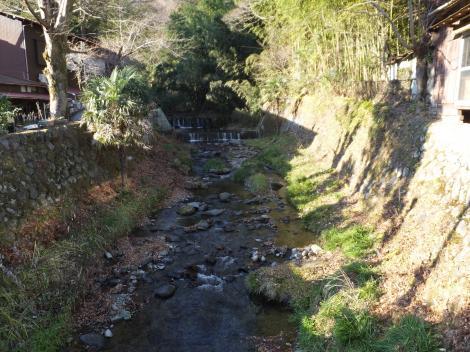 新玉橋より鈴川上流を望む