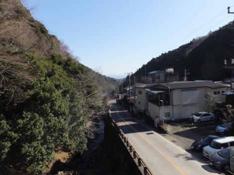 バス停大山ケーブルから鈴川を望む