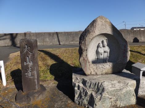 大山道道標と双体道祖神・新白髭橋付近