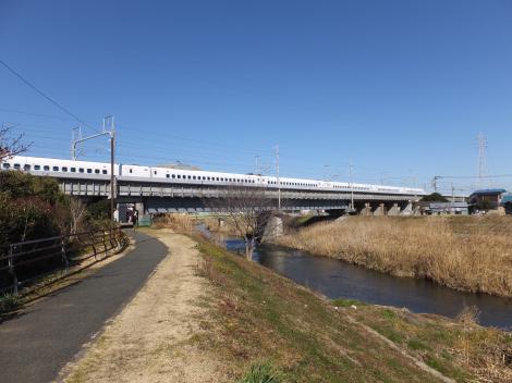東海道新幹線と交差する鈴川