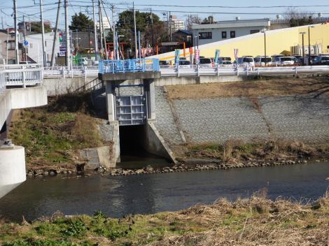 玉川橋際の樋門