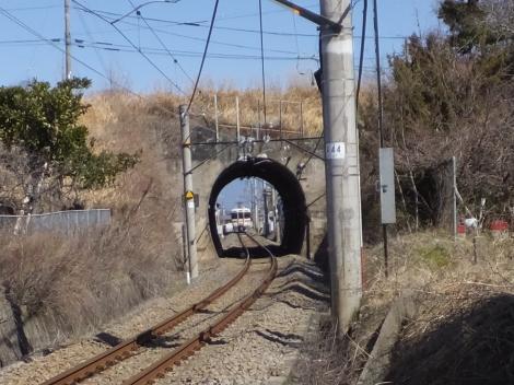印川をトンネルで潜る身延線