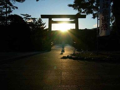 日の出の伊勢神宮鳥居