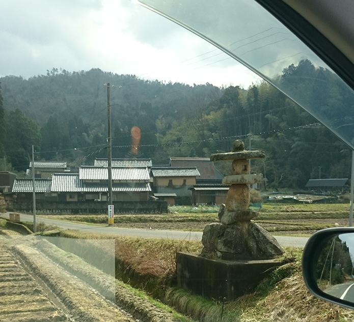 野田川付近の民家と味のある石灯籠