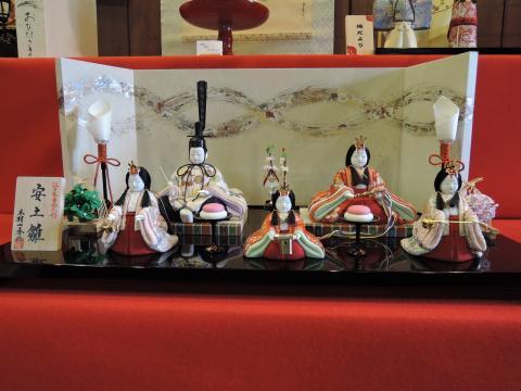 会津塗の台座に鎮座した雛飾り