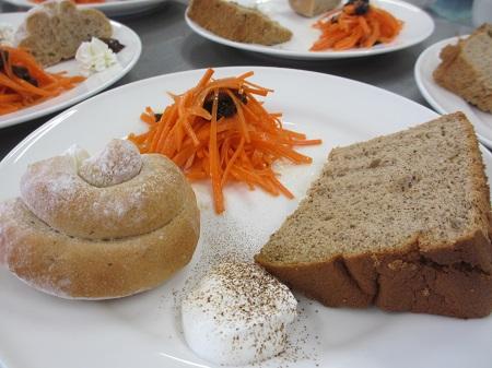 紅茶のシフォンケーキとプチパン