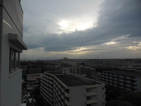 五月台風の前の空