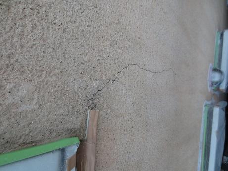 外壁屋根改修工事窓枠からのひび2