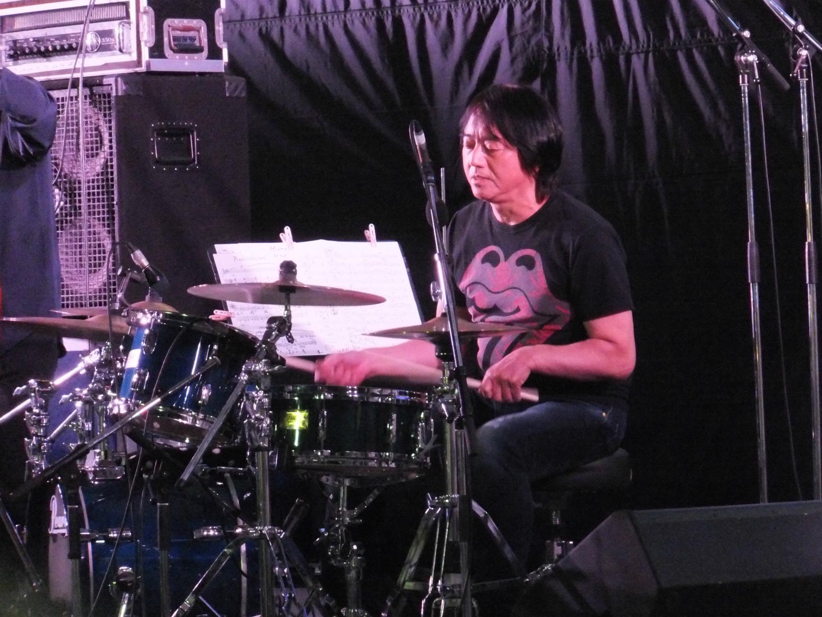 神戸初心者ブログ~神戸てくてく~デコVersion「神戸新開地音楽祭2日目~トリの土岐英史スペシャルプロジェクト、ドラムかっこいい」トラックバックURL