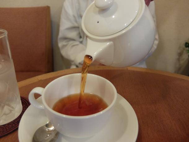 紅茶のサーブ