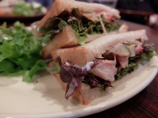 エビとアボカドのサンドイッチ