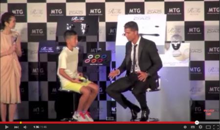 クリスティアーノ・ロナウド選手、少年の慣れないポルトガル語に会場は笑うが優しく回答!! - YouTube