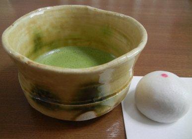 黄瀬戸茶碗と笑顔饅