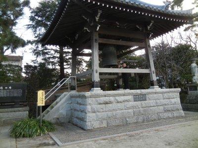 鐘撞き堂と左側の式守伊三郎報恩碑