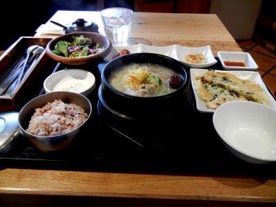 サムゲタンセット/サムゲタン+チヂミ+サラダ+韓国惣菜3種+ごはん@1,300円
