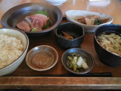 刺身三種盛りと鯛荒煮