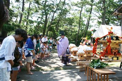 神明社境内でみんなでお祓い - 葉山下山口宵宮祭り2014