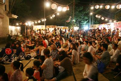 神明社境内には人が一杯〜葉山下山口宵宮祭り2014