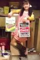 コカ・コーラブランドのポスターちゃん達を持ってる奇妙な人(笑)ひろみ♪