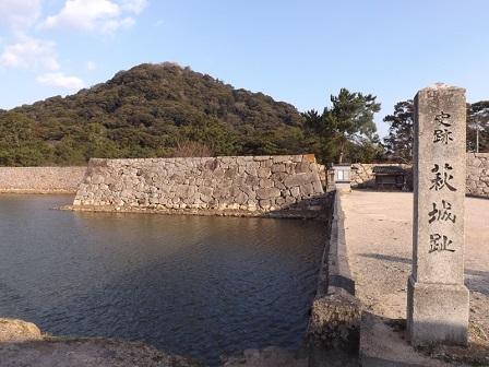 HA22萩城本丸内門から指月山を望む