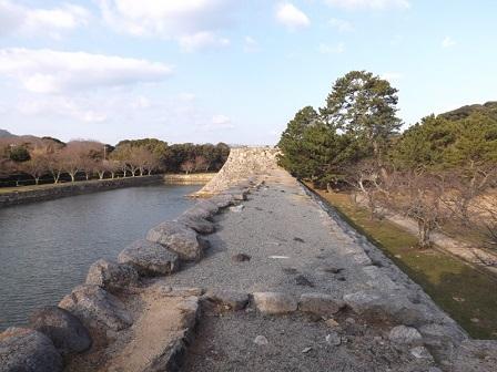 HA23萩城本丸内門築地塀石垣より天守台を望む