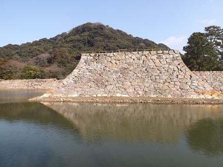HA24萩城二ノ丸内堀から指月山を望む