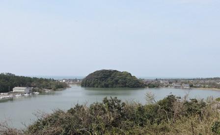 吉崎御坊から見た鹿島の森