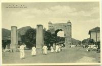 ソウルの風光・・(日清戦争終結で清の属国から初の独立)独立門と手前の迎恩門礎石