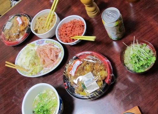 天丼,漬物,汁代わりのカップ麺
