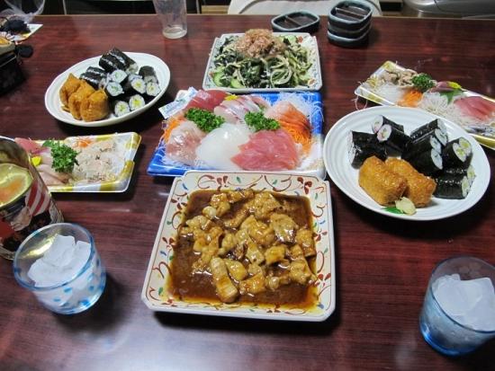 刺身盛,ワカメサラダ,助六寿司,牛ホルモン焼き