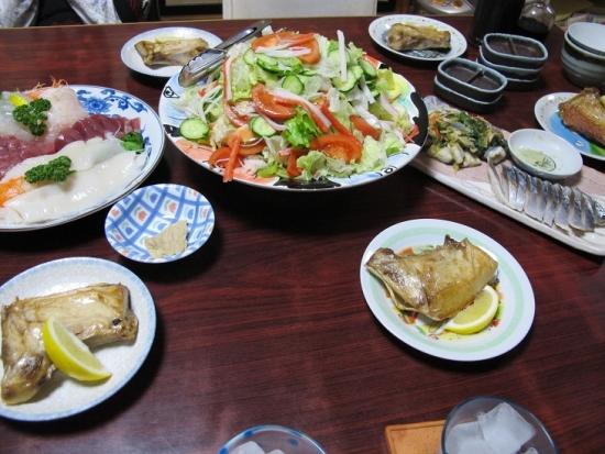 ブリカマ塩焼き,刺身盛,カニカマと白髪ネギ入りサラダ,