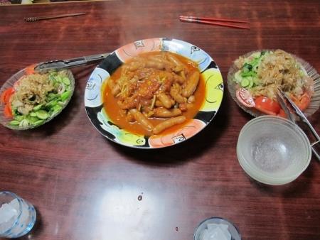 ウィンナートマト煮,小松菜とマグロ刺身のサラダ