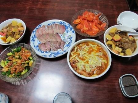 豚肉とカマボコ煮,マグロ刺身,ブリ刺身,きゅうりのキムチ和え