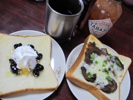ナスチーズトーストと黒豆トースト