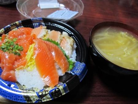 サーモン丼とモヤシかきたま汁