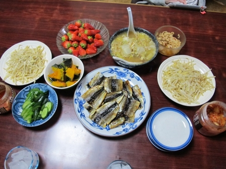 さんまのコブ締め干物,白菜のスープ煮,もやしの卵とじ,カボチャの煮つけ,いちご,漬物