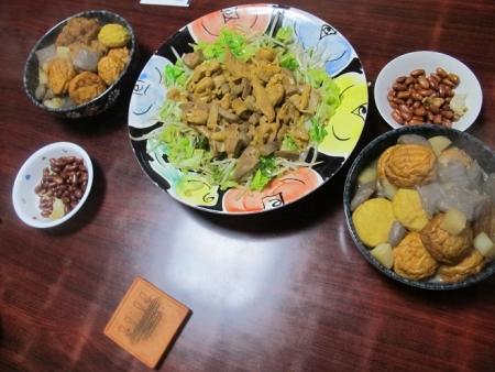 ホルモンとレバー炒め,魚河岸揚げと大根コンニャクの煮物,揚げピーナッツ