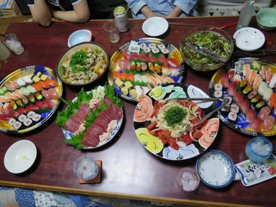 馬刺し、卵モツ、もずく酢、半額寿司、トマトとオニオンのサラダ