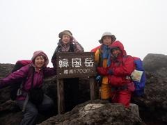 風に煽られ、やっと立った韓国頂上