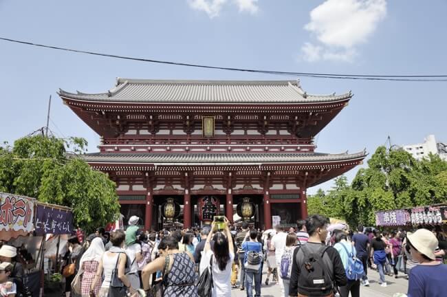 浅草寺、連休なのかやたらと人が多いです。