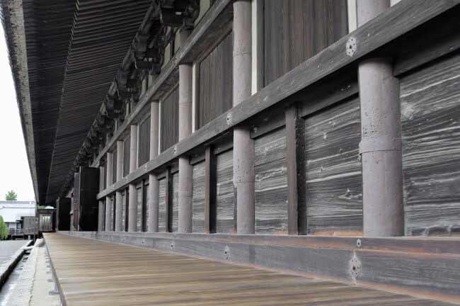 弓を射るほうから見ると、柱に鉄板が貼ってあります。