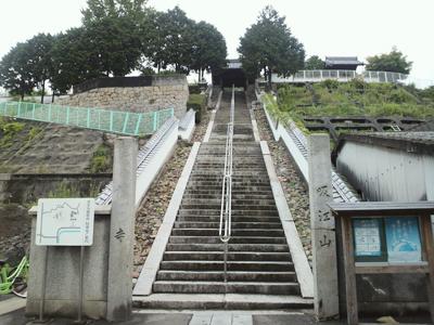 108段の石段を登った先にある寺