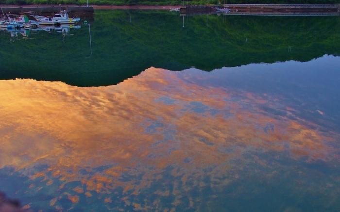 湾に映る夕空