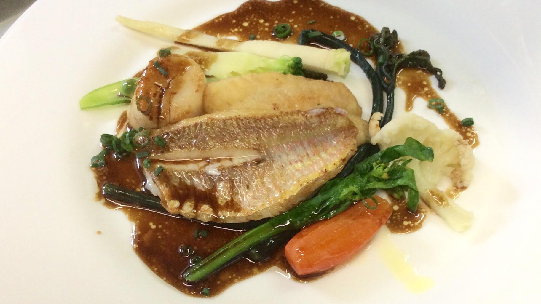 カレイと糸ヨリ鯛のポアレ 春野菜を添えて バルサミコソース