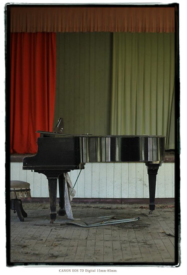 廃校のグランドピアノ1312kiihai04.jpg