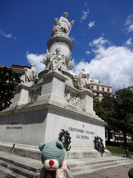 jコロンブスの像の前にて