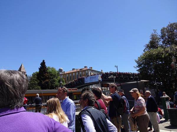 v橋の上の大勢の観客