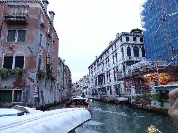 v水上タクシーでホテルへ向かうところ